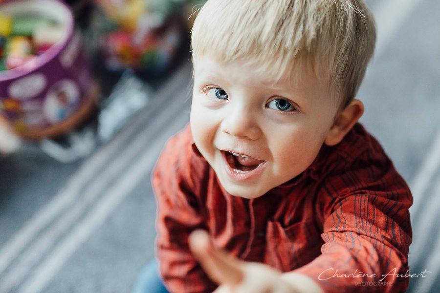Photographe séance photo reportage à domicile famille enfants bébé 1 an à la maison Chambéry Aix-les-bains Annecy Savoie