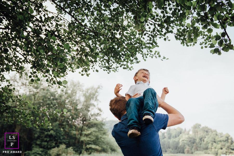 Séance photo famille en extérieur portrait papa enfant chambéry savoie