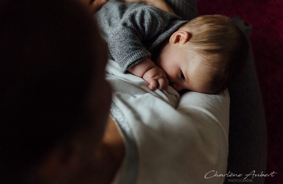 séance photo bébé qui tête au naturel à domicile aix-les bains savoie