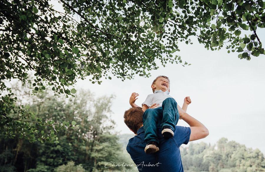séance photo famille exterieur enfant joue avec papa lac aiguebelette chambéry savoie