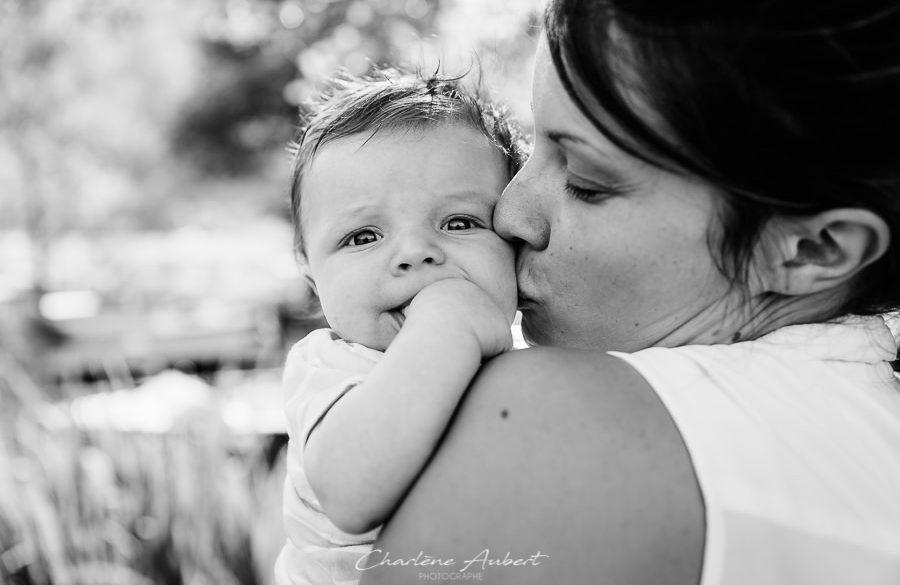 séance photo famille exterieur maman bébé calin lac aiguebelette chambéry savoie