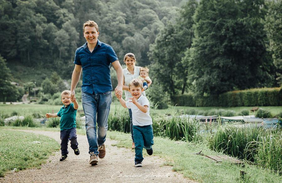 séance photo famille exterieur enfants qui courent lac aiguebelette chambéry savoie