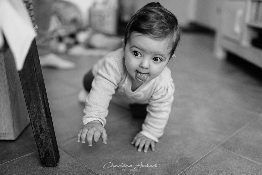 Séance photo bébé 9 mois quatre pattes à domicile chambéry savoie