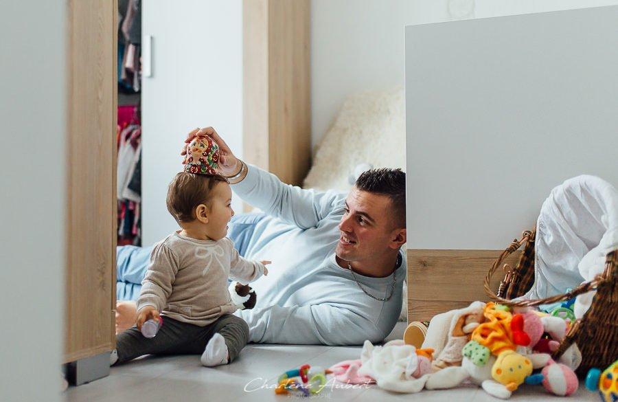 reportage photo famille bébé à domicile, papa joue avec bébé chambery