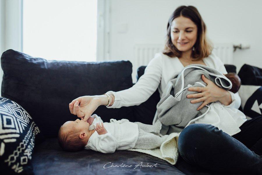 photographe nouveau-né bébé jumeaux famille lifestyle à domicile savoie chambéry Charlène Aubert