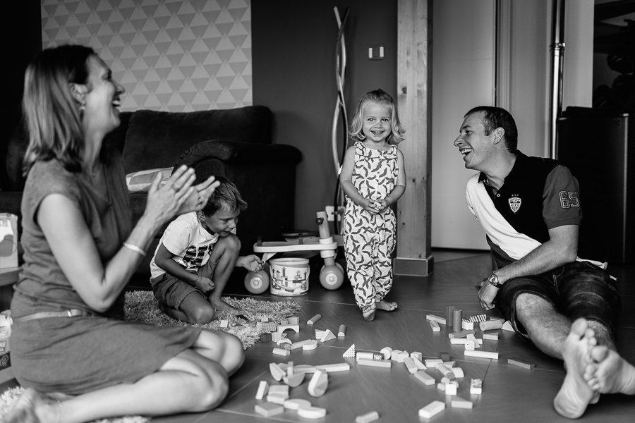 Séance photo famille à domicile portrait famille jeu rire enfant chambéry savoie