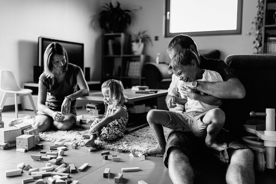 Séance photo famille à domicile rire enfant chambéry savoie