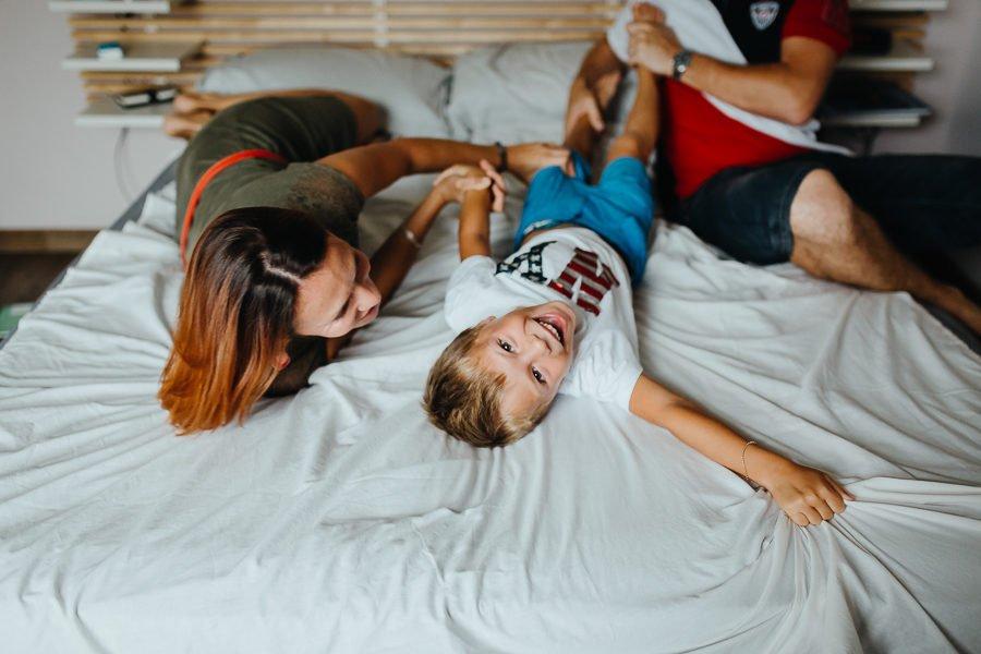 Séance photo famille à domicile portrait à 3 rire enfant chambéry savoie