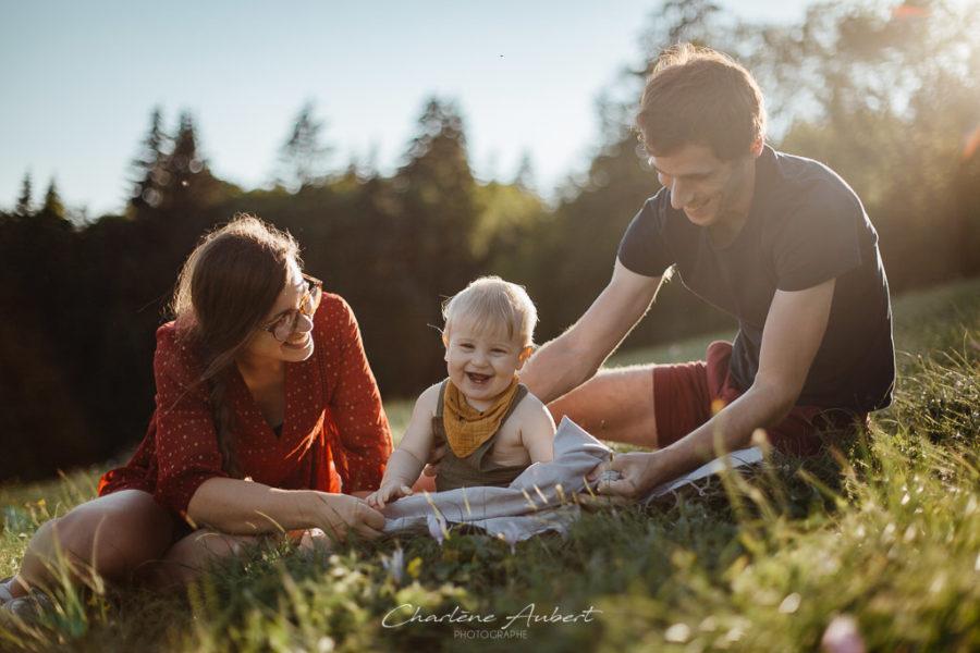 photographe famille lifestyle exterieur coucher soleil savoie chartreuse bébé 1 an