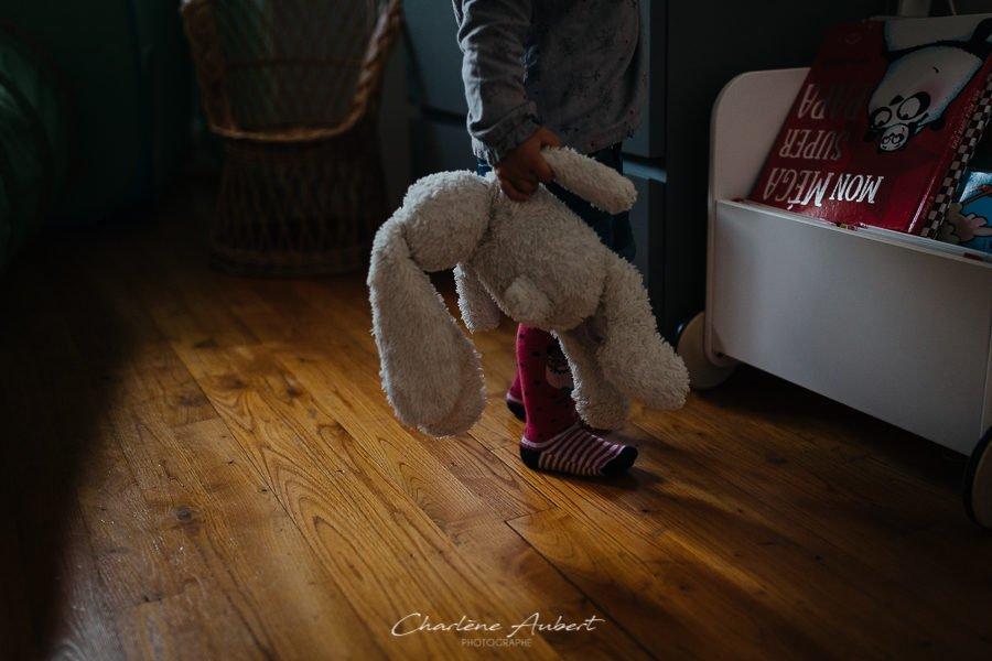 Séance photo famille à domicile portrait enfant doudou chambéry savoie