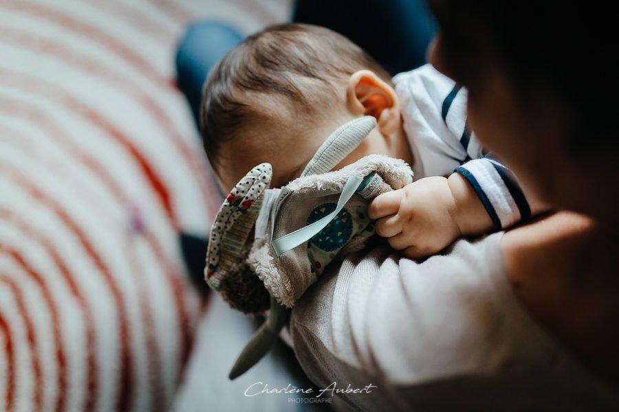 Séance photo bébé 1 an à domicile portrait enfant dort avec doudou famille chambéry savoie