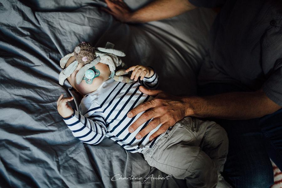 Séance photo bébé 1 an à domicile bébé dort avec doudou chambéry savoie