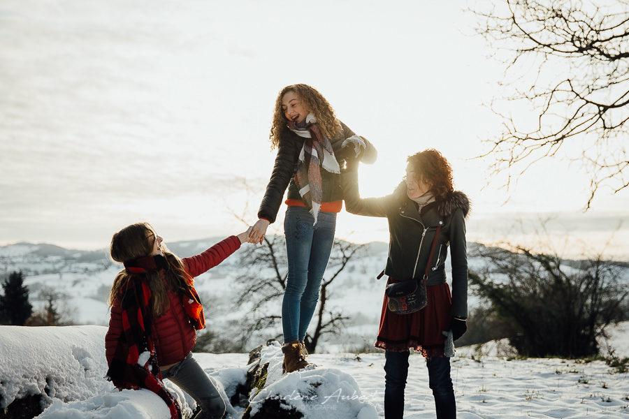 Séance photo famille en extérieur portrait maman enfant coucher soleil hiver neige chambéry savoie