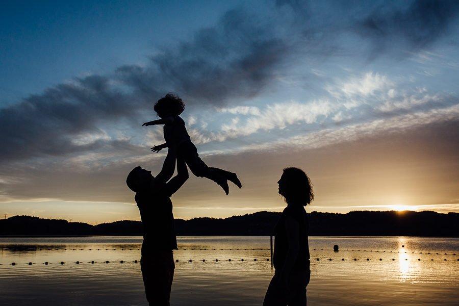 Séance photo famille en extérieur portrait famille silhouettes lac chambéry savoie