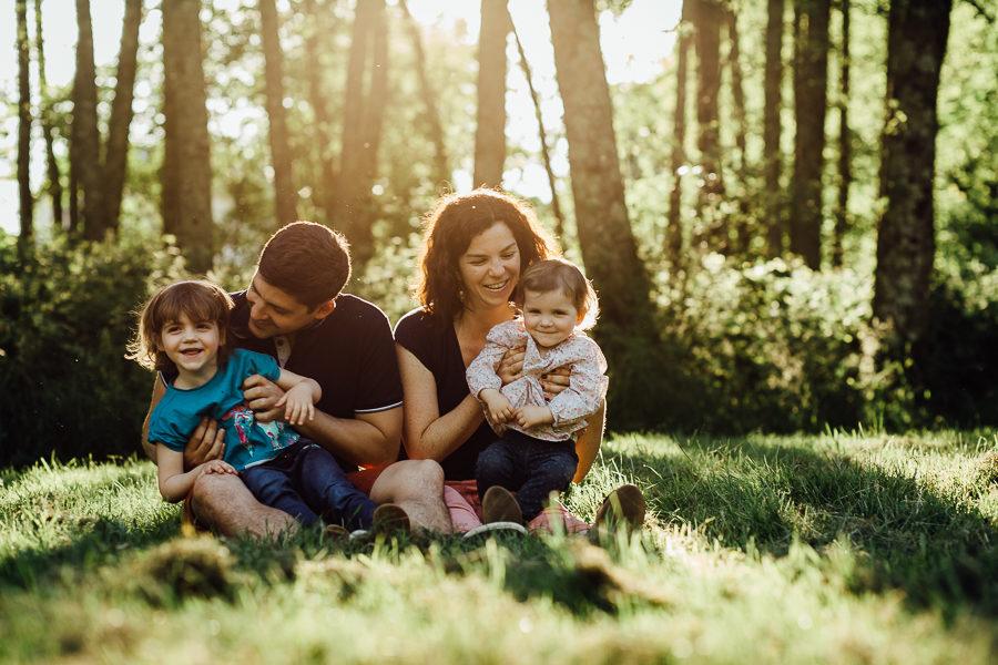 Séance photo famille en extérieur portrait famille coucher soleil chambéry savoie