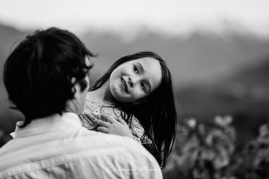 photographe famille lifestyle exterieur portrait père fille savoie vignes