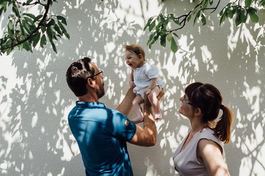 photographe nouveau-né bébé famille lifestyle à domicile jardin savoie chambéry Charlène Aubert