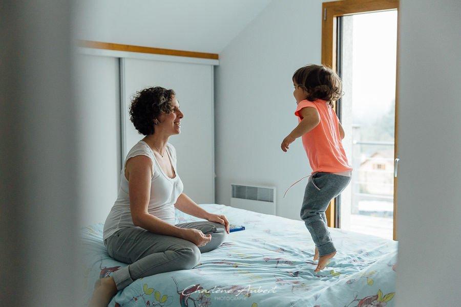 séance photo grossesse future maman maternité famille enfant qui saute à domicile savoie chambéry
