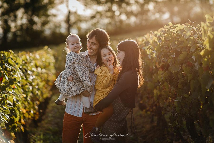photographe famille lifestyle exterieu couché de soleil vignes savoie combes de savoie