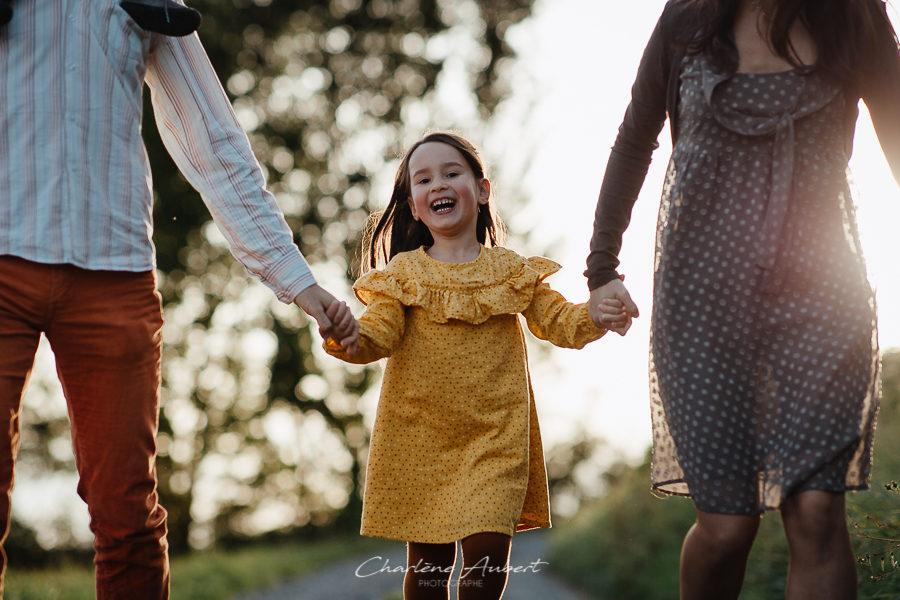 Séance photo famille en extérieur portrait enfant coucher soleil chambéry savoie