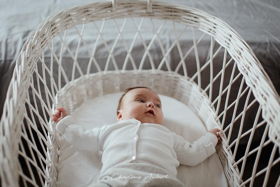 Séance photo nouveau-né et bébé genève suisse bébé dans son couffin