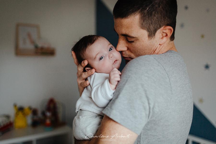 Séance photo nouveau-né et bébé à domicile genève suisse papa bébé